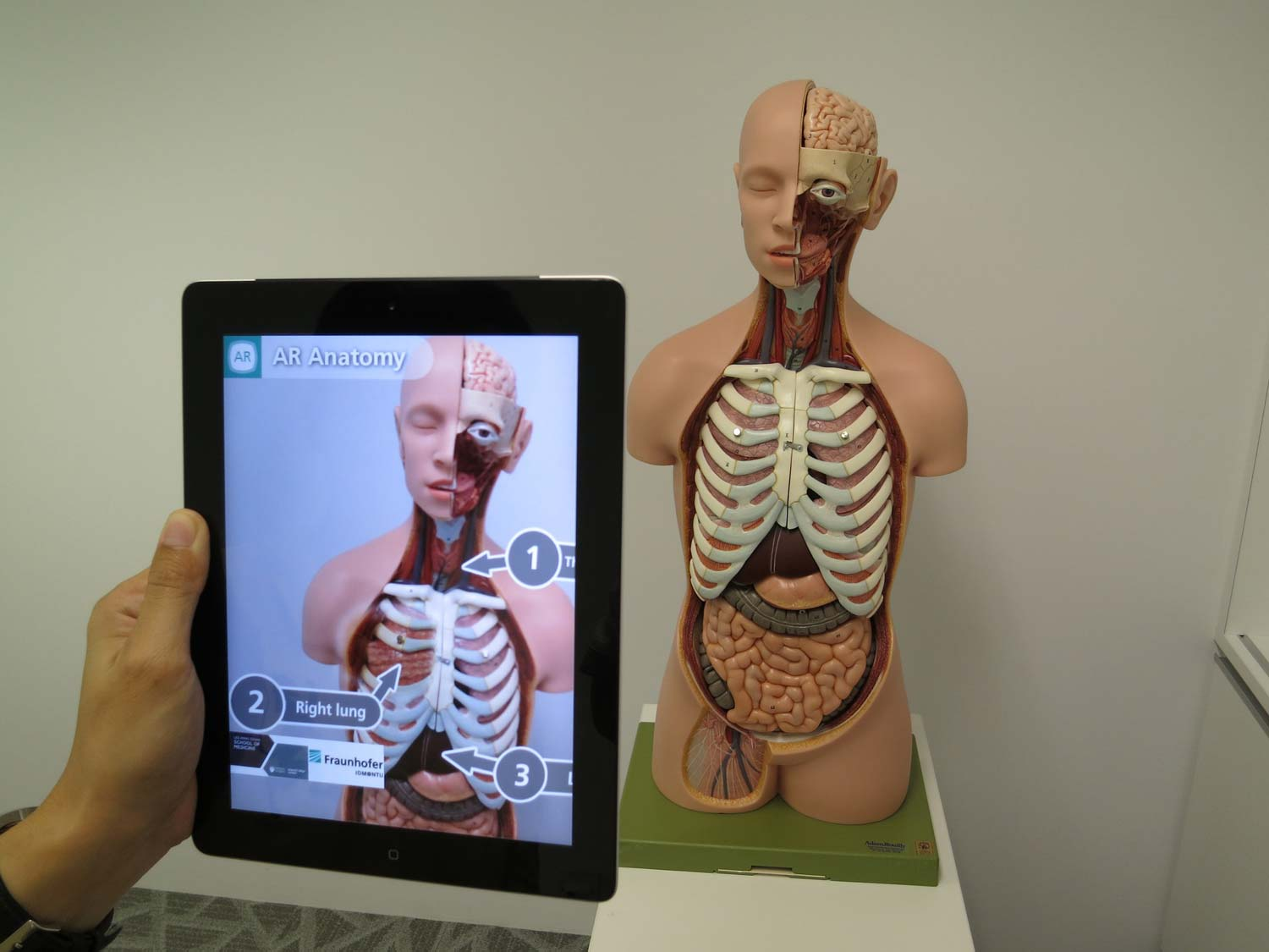augmented-reality-1957411_1920-min